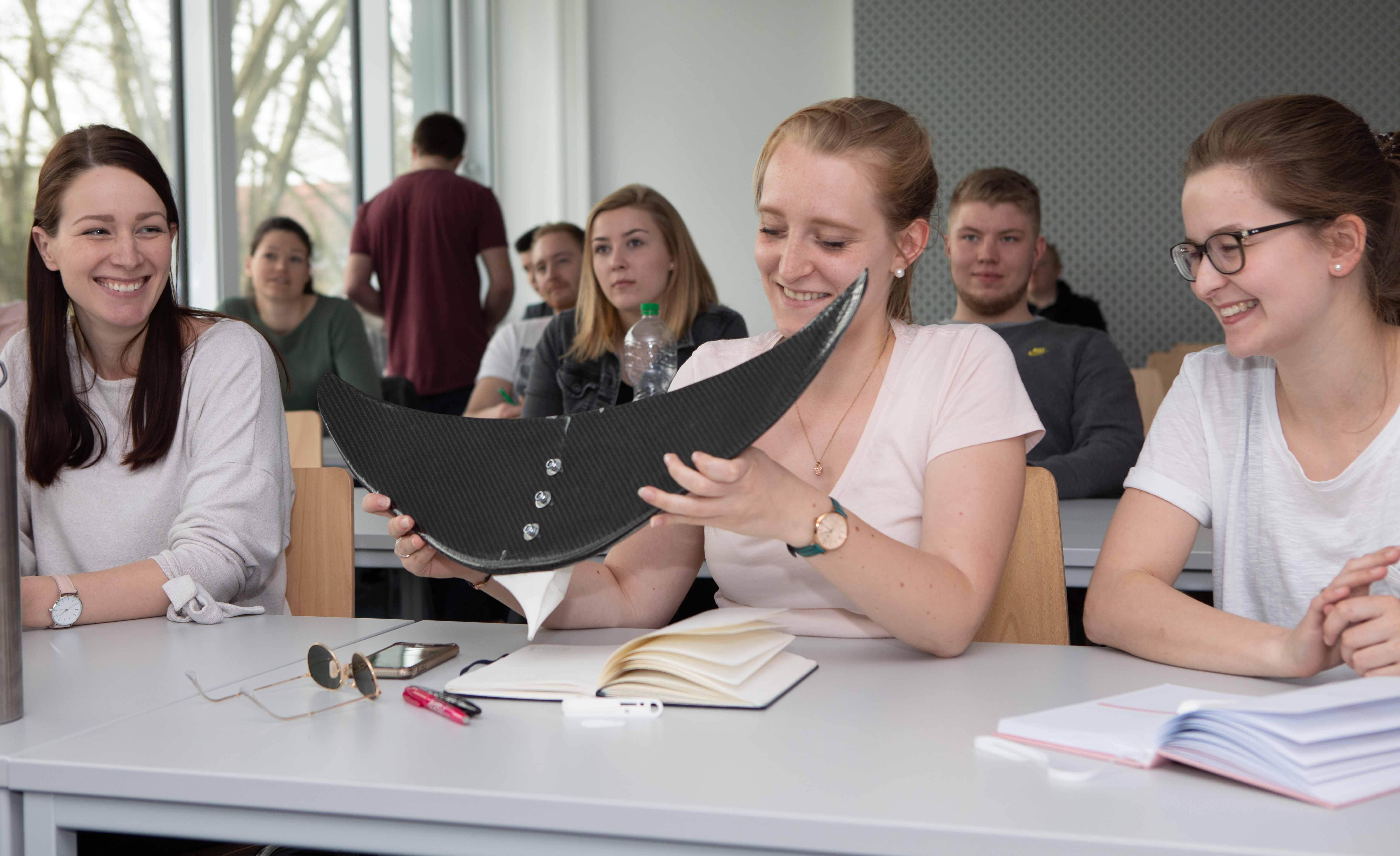 Studierende wie Alexandra Lumpe (Mitte) lernen im neuen Studiengang, Digitalisierungs-Technolo¬gien einzusetzen, die Ergebnisse ein¬zuordnen und die Möglichkeiten und Grenzen zu verste¬hen. Foto: FH/Nils Lenfers