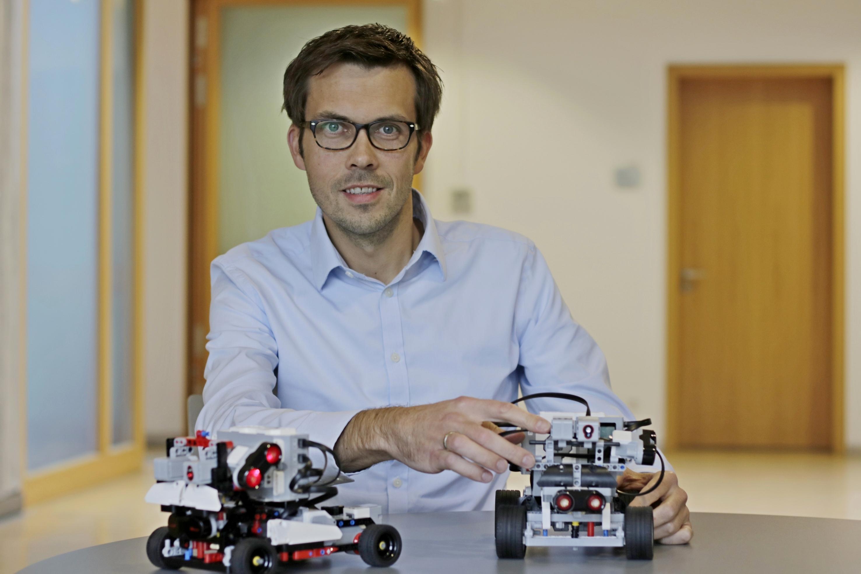 Prof. Dr. Christian Kutzera setzt autonom fahrende Roboter im Unterricht ein Foto: Christian Klett, FH Südwestfalen