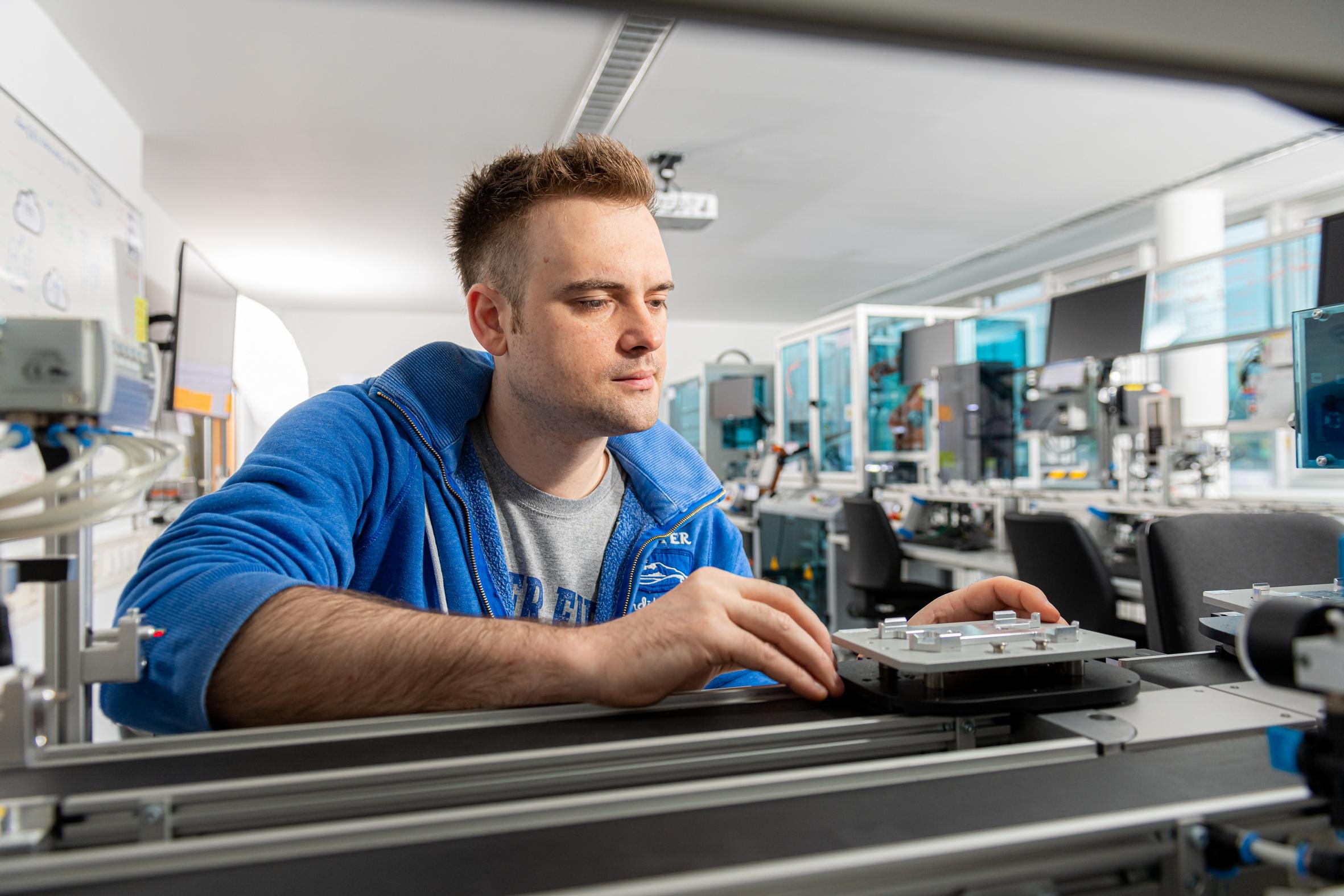 Im Masterstudiengang Maschinenbau geht es um moderne Produktionstechnik Foto: Simon Bierwald, FH Südwestfalen